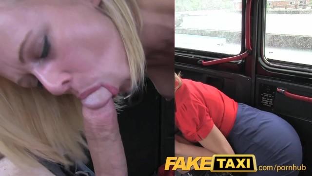 Трахнул блонду в такси рукой и членом