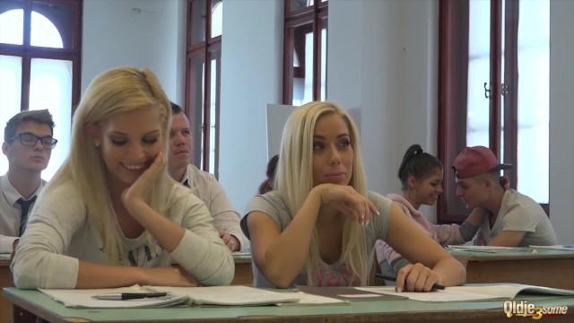 Две блонды трахнули старого профессора